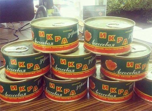 Daily Mail: «Страдающие» от кризиса россияне килограммами едят красную икру