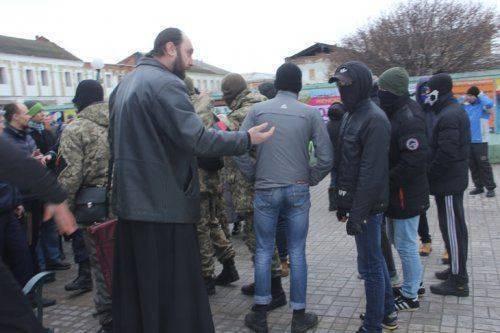 В Сумах сопляки в масках пытались ворваться в собор Московского Патриархата