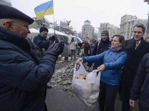 «Паскуда Вики бросала украинским детям семечки в грязь и смеялась, глядя как они их подбирают», — Виктория Нуланд отметилась на Украине не только печеньками