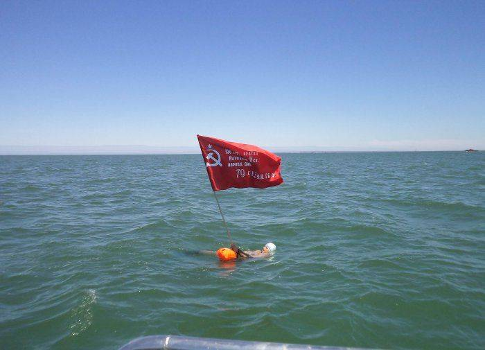 Днепропетровский пловец-экстремал переплыл Керченский пролив в ознаменование 70-й годовщины Дня Победы