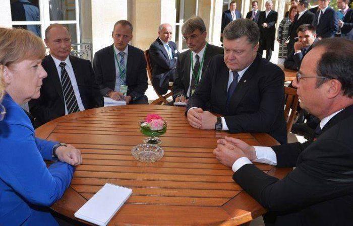 В Киеве считают, что Порошенко в Париже специально посадили за квадратный стол, чтобы подыграть Путину
