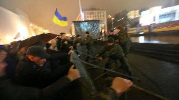 На Майдане ораторы призывают к свержению Порошенко и Яценюка: Терпеть этих подонков уже невозможно!