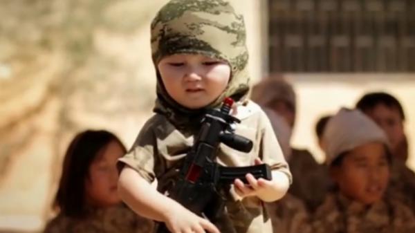 Боевики ИГИЛ начиняют головы мальчиков