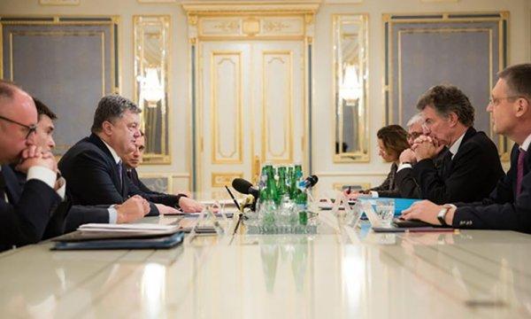 На встрече с представителями Меркель и Олланда Порошенко открыто заговорил о нарушении Минска-2