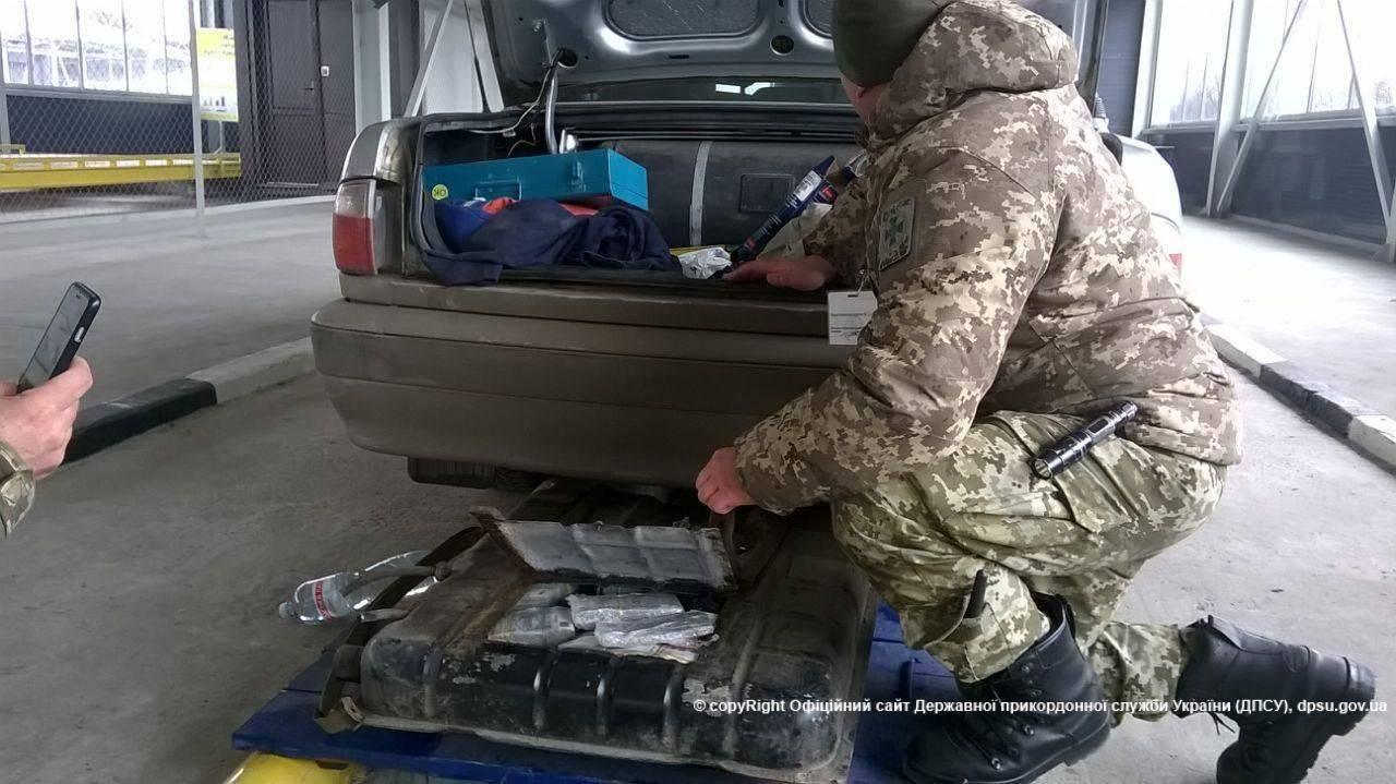 «Бедный» украинец пытался провезти 500 миллионов в машине