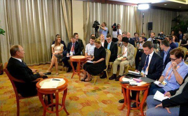 """""""Куда деваться, придётся общаться"""": Путин согласился на встречу с Порошенко"""