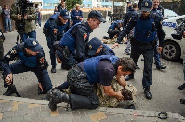 """Мордой в асфальт: как правосеков """"паковала"""" полиция под российским консульством в Одессе"""