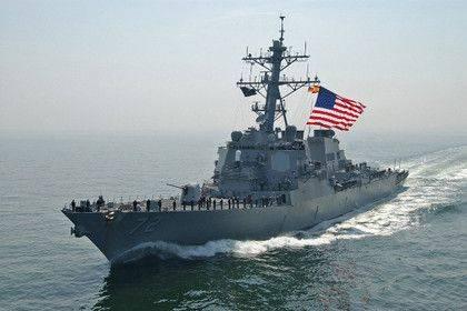 Иранский катер напугал эсминец США и заставил изменить курс