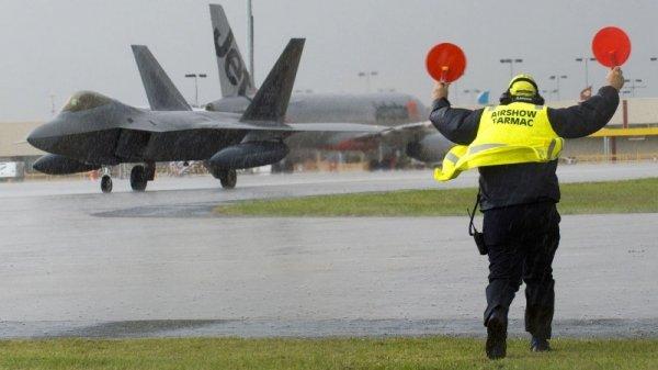 Брешь в ВМС: военные самолеты США «душат» собственных пилотов