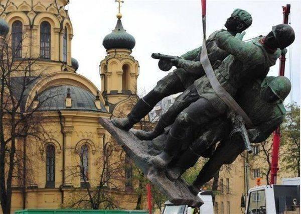 Бойтесь жесткой реакции: как РФ ответит Польше на снос памятников советским солдатам