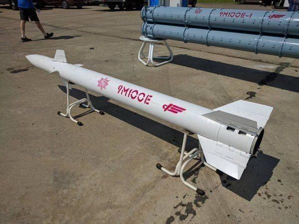 Зенитная управляемая ракета 9М100 в экспозиции авиасалона МАКС-2017