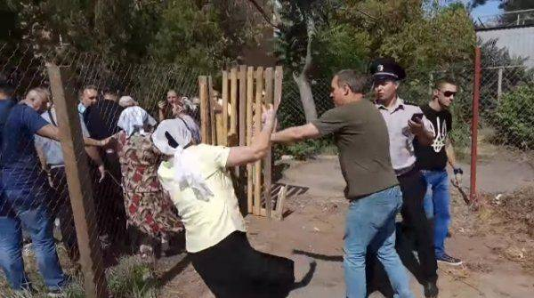 Разрушение храма УПЦ МП в Николаеве: озверевшие националисты, побитые бабушки и трусливая полиция