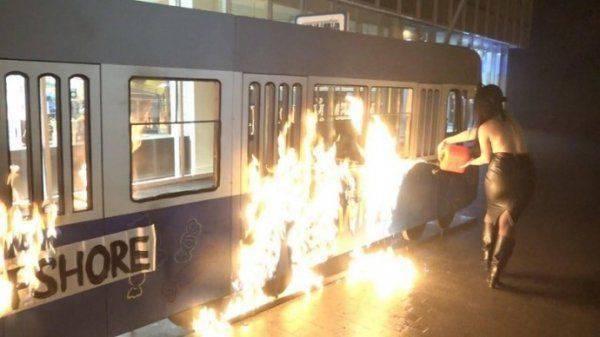 Очередной поджег. Активистка Femen сожгла декорации президентского магазина Roshen в Виннице