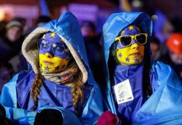Желто-голубые шаровары и колокольчик в носу: поляки придумали униформу для гастарбайтеров