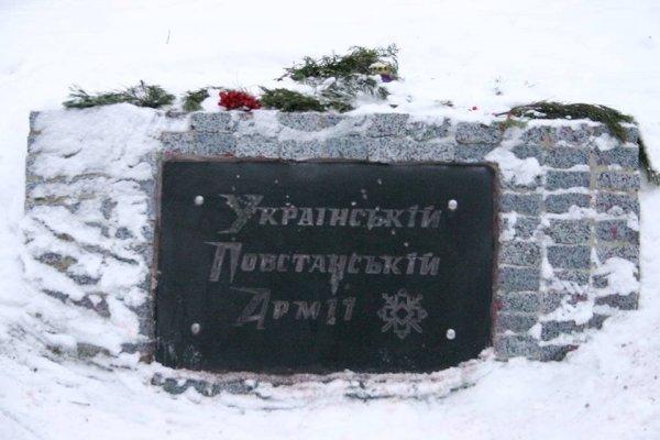 В Харькове памятник УПА перекрасили в цвета польского флага