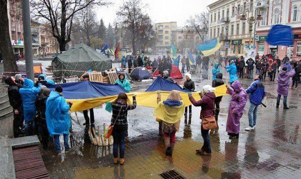 Радикалы в Одессе облили красной краской забор российского консульства