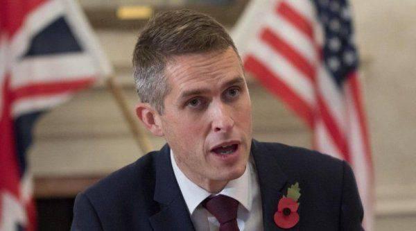Сеть в гневе: Появилось предложение к министру обороны Британии - куда засунуть свое мнение...