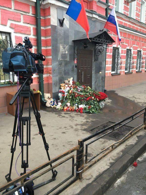 Мемориалы по жертвам пожара в Кемерово возникают по всей стране