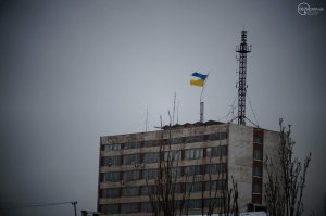 Зловещий знак: самый большой флаг Украины в Мариуполе разорвало надвое