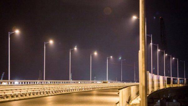 Строители протестировали освещение автодороги на мосту в Крым