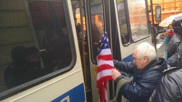 Либералам не дали пройти с флагами меджлиса и Украины по Петербургу