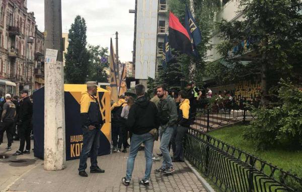 «Не допустим трансляцию!» — неонацисты в Киеве заблокировали телеканал «Интер»
