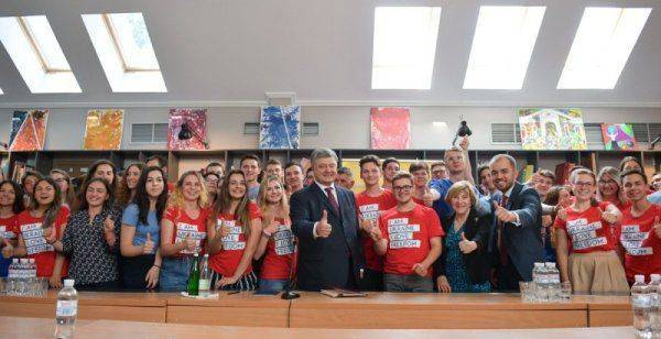 Гарант опять залил глаза: Петр Порошенко не заметил ошибки в слове Украина