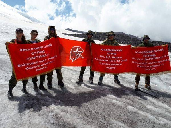 Юнармейское знамя взвилось над Эльбрусом