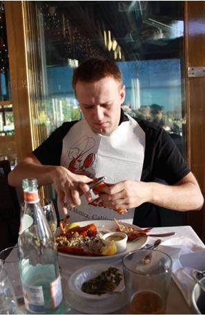 Навальный выкачивает донаты из школьников и рассылает им в «благодарность» утиные магниты