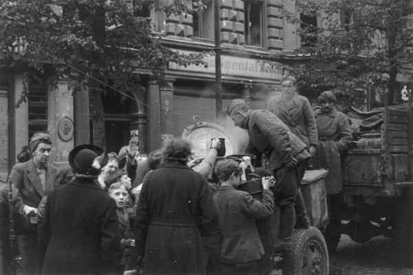 Советский солдат запомнился в Германии вовсе не насилием, а полевой кухней: русские в Берлине