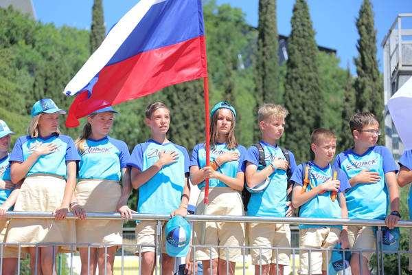 В «Артеке» развернут российский триколор в поддержку наших спортсменов