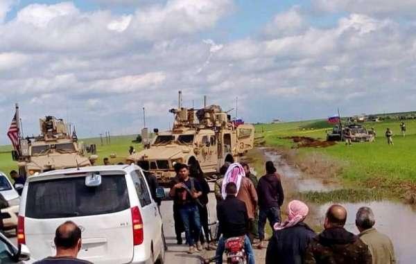 Российский патруль застрял в сирийской грязи, пытаясь объехать перекрывших ему дорогу американцев