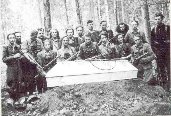 Литовцы делают из коллаборационистов-убийц героев и запрещают СМИ транслировать правду