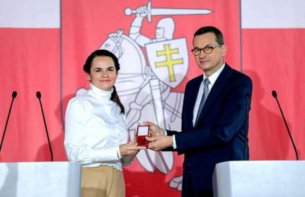 Премьер Польши вручил Тихановской ключи от «альтернативного посольства» в Варшаве