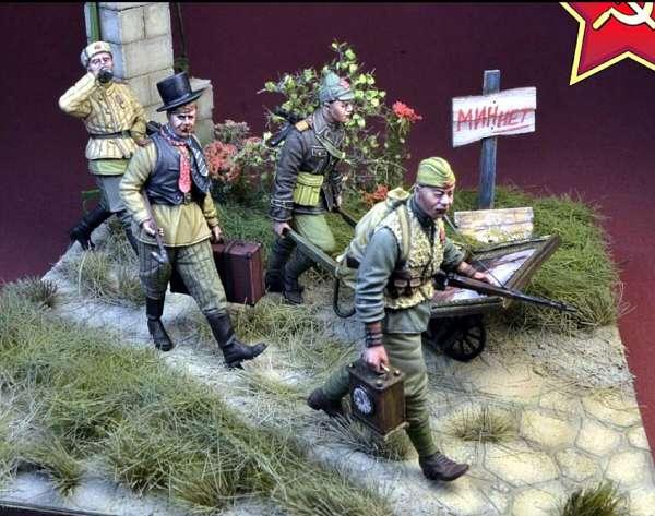 Как реагировать России на появление фигурок советских солдат-мародеров?