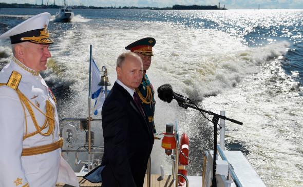 На параде ВМФ Путин пообещал неотвратимый удар противнику